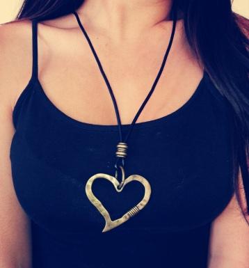 Collar largo de cuero con dije de corazón color bronce