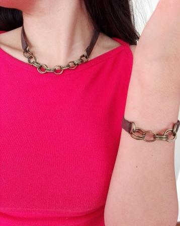 Collar y pulsera con tiro de gamuza café y cadena color bronce